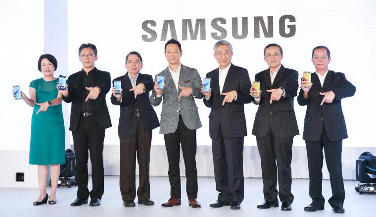 台灣三星電子總經理李載燁與五大電信與通路業者合影