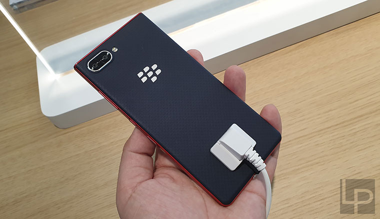 TCL展出BlackBerry Key2黑莓機Red Editio紅黑新色,實機動手玩