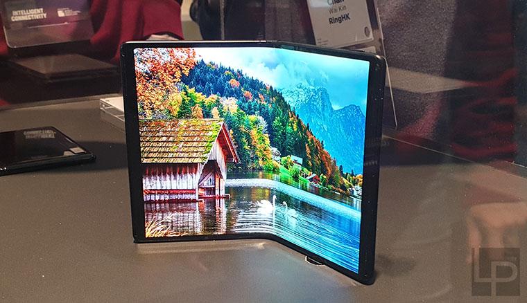 TCL展出多款折疊螢幕手機,展示不同型態的設計應用