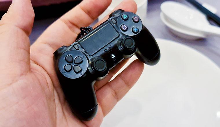首批限量300組「DS4造型悠遊卡」開箱!PS4控制器DUALSHOCK 4等比縮小還會發光