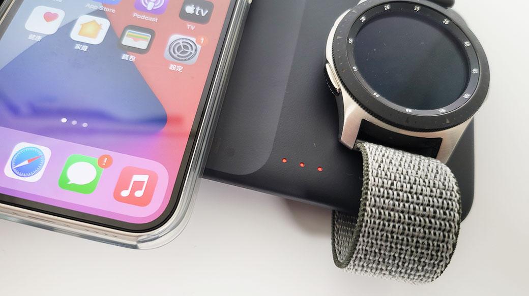 三星三合一無線閃充充電板開箱:一次充兩個Qi裝置+Galaxy Watch!跨品牌OK,iPhone和AirPods也能用